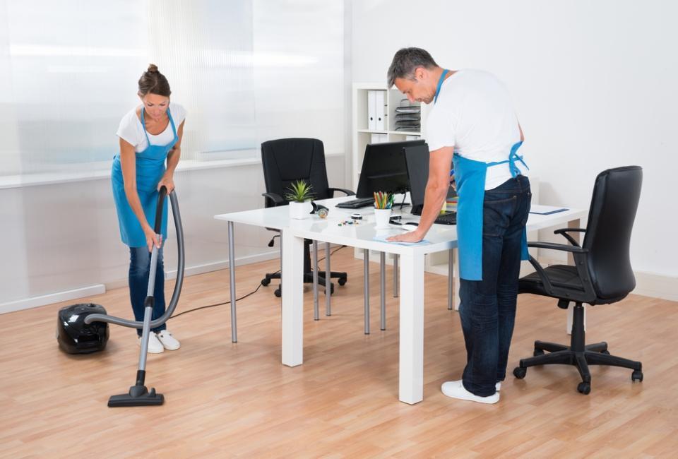 mężczyzna ikobieta sprzątający pokój