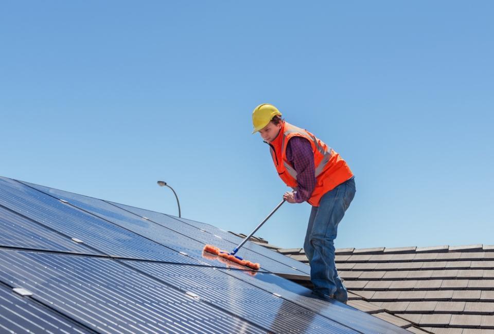 mężczyzna czyszczący dach