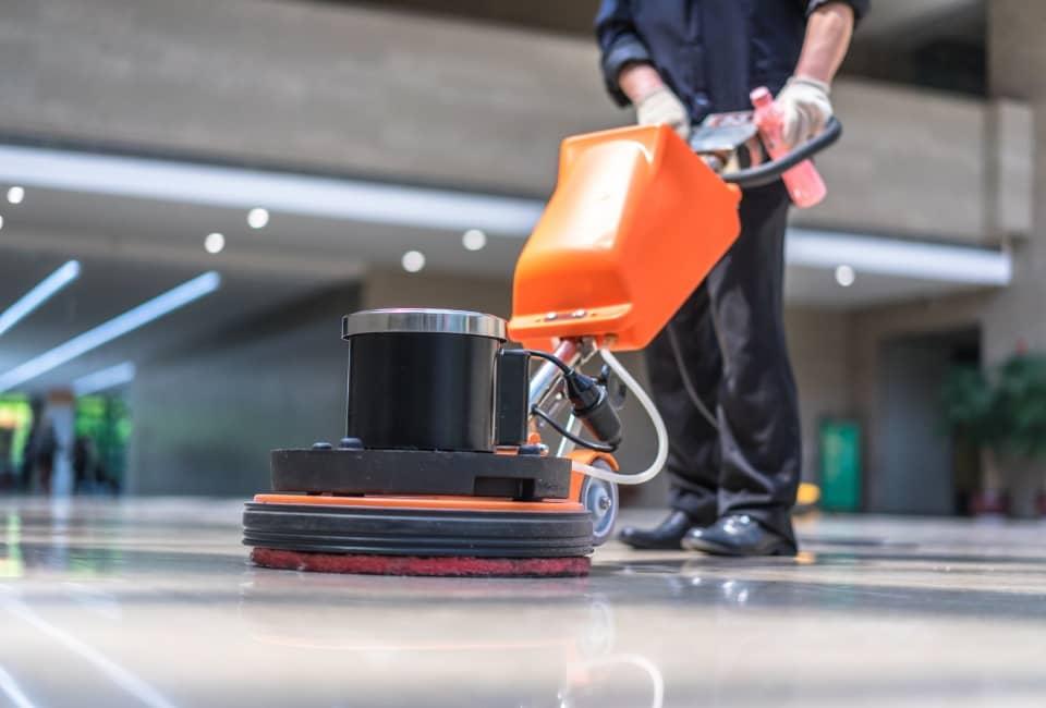 osoba czyszcząca podłogę